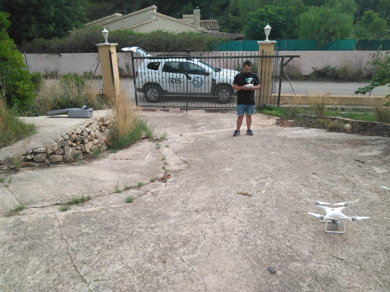 imagen de auxiliar de topografía volando dron